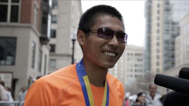 中国全盲小伙,征服全球第一马拉松