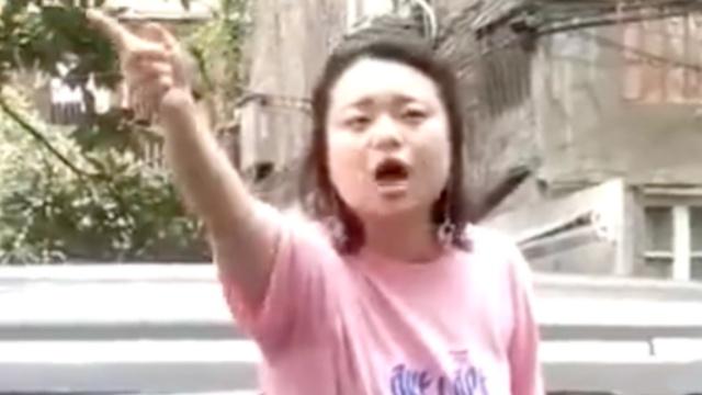 她乱扔垃圾后,还暴怒吼骂环卫工人