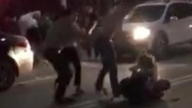 街头驾车擦碰互殴,女孩被捶直尖叫