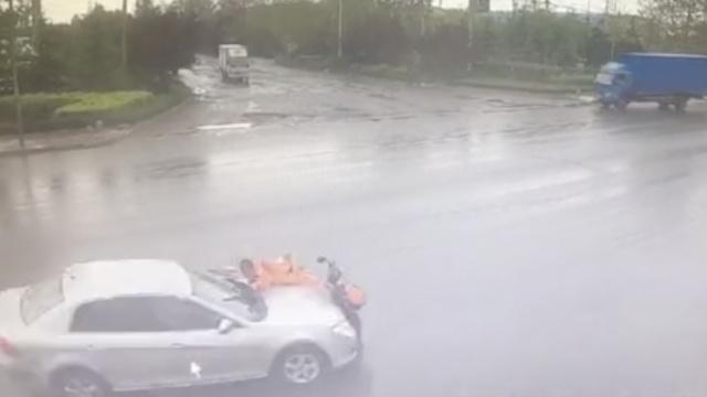 惨!环卫工骑车过马路,被撞飞碾轧