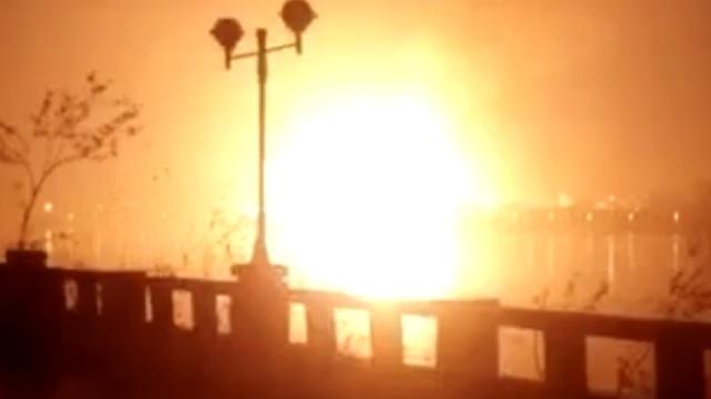 东莞一停车场煤气罐爆燃,火光冲天