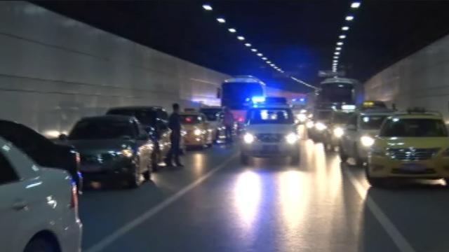 小车隧道起火,私家车为消防让道
