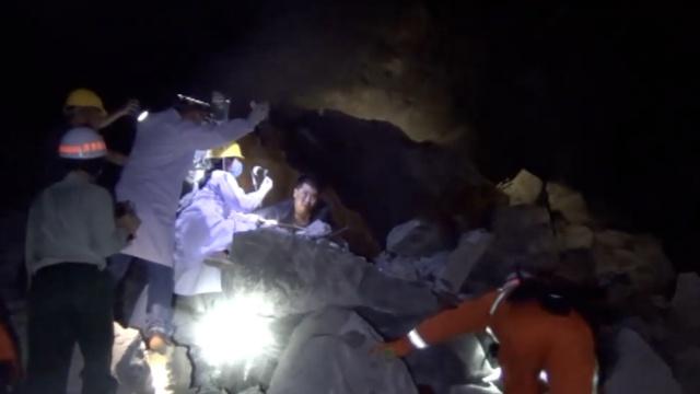 20吨巨石压住工人,消防救人手磨破