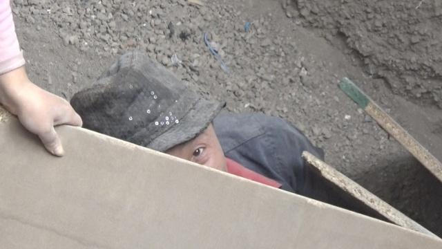 工友救援被埋工人,遇2次坍塌被困