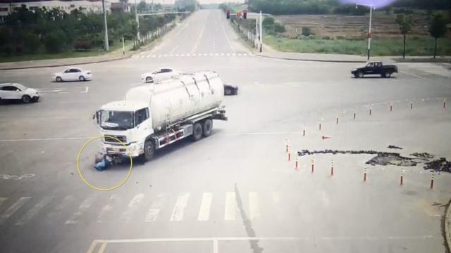 水泥罐车碾压摩托,男女被拖行30米