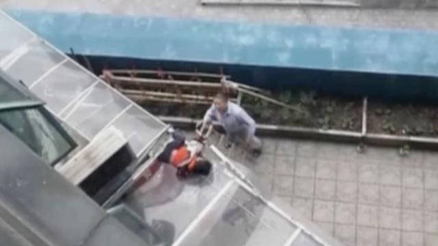 男孩10楼坠落,邻居抽他父母两巴掌