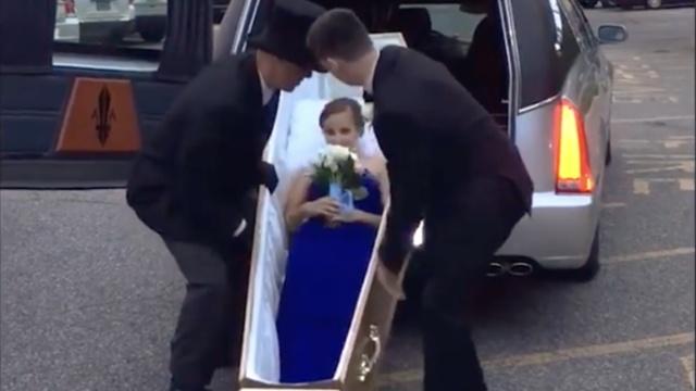 她乘灵车躺棺材里参加舞会,竟因…