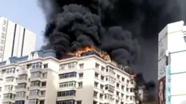 实拍:居民楼顶大火,黑烟滚滚似乌云