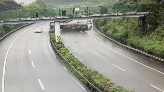 监拍:罐车高速侧翻,扫倒一片小车