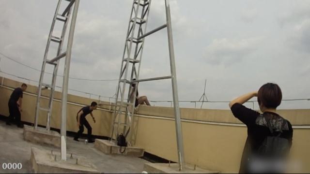 女子坐32楼天台欲轻生,被一把抱救