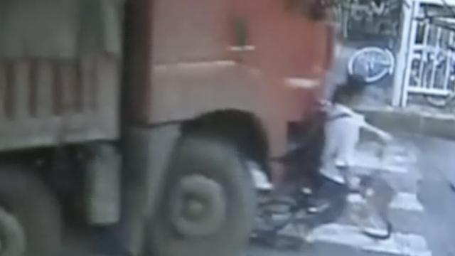 监拍:货车右转,将骑车女子卷入轮下