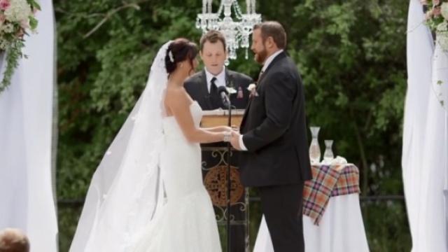 新郎突然扇新娘一耳光,蜜蜂调皮了