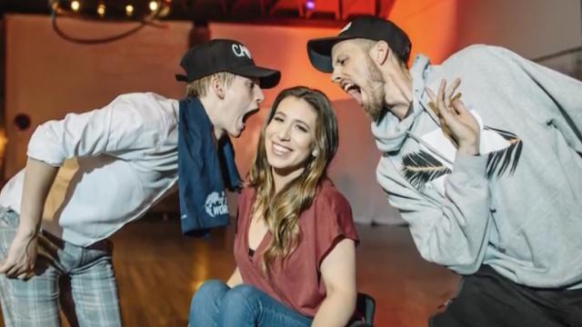 她下肢瘫痪,她是一名轮椅舞者