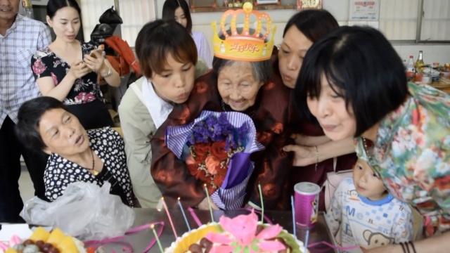 她113岁生日,蛋糕抹鼻梁乐呵呵
