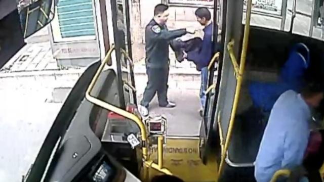 公交司机一声吼,小偷乖乖交出手机