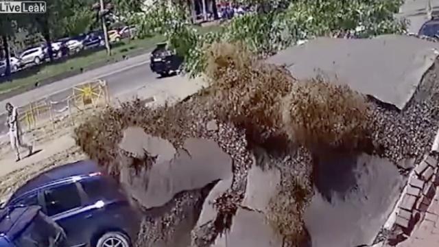 乌克兰管道暴裂,泥浆喷射十几米高