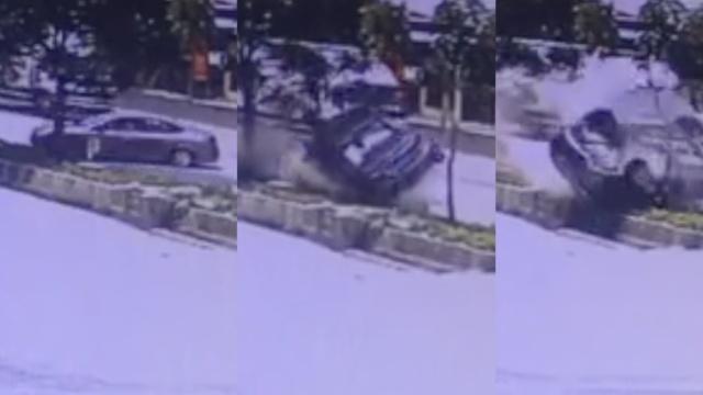 监拍:小车漂移180度,撞花坛滚不停