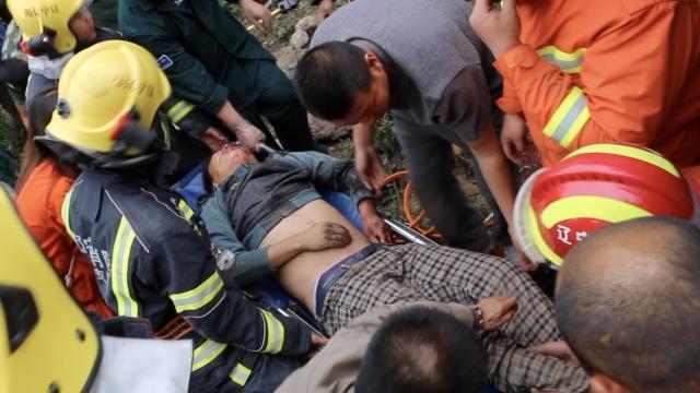 2车相撞司机被卡,消防营救满头大汗
