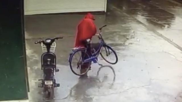 他骑自行车偷电动车电瓶,撑坏车筐
