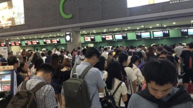 急!雷雨突袭上海,机场显示屏一片红