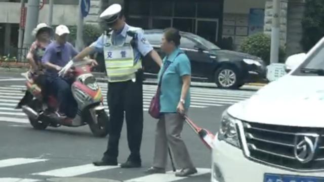 这名上海辅警的举动,暖到她的心