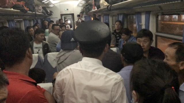 孕妇临产吓哭,列车长领来一群小伙