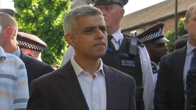 伦敦市长火灾现场视察,遭市民质问