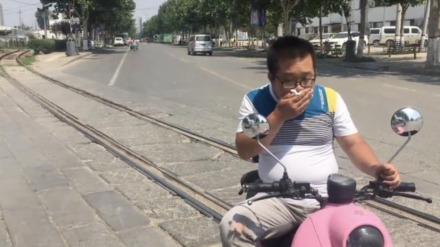 铁轨嵌马路,小伙骑车横穿摔满嘴血