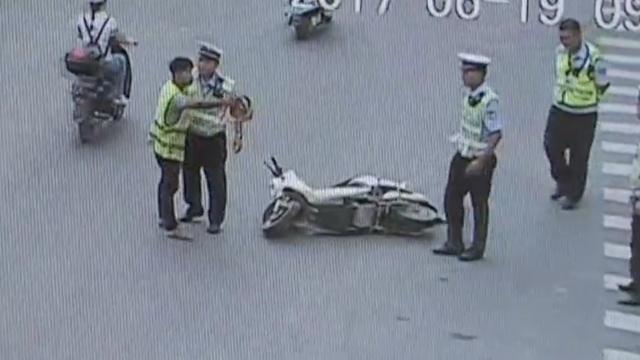 他骑车逆行,遇阻袭警重心不稳摔倒