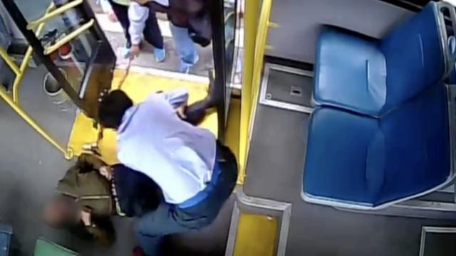 老人晕倒吐血,公交司机搭救成血人