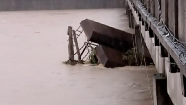 江西宜春2采砂船撞桥墩,因水位上涨