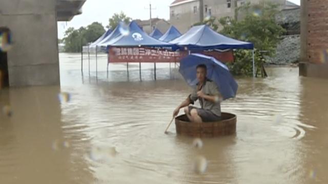 洪涝严重村庄被淹,村民划脚盆出行