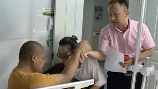 儿患恶性肿瘤截肢,父母两跪捐款人