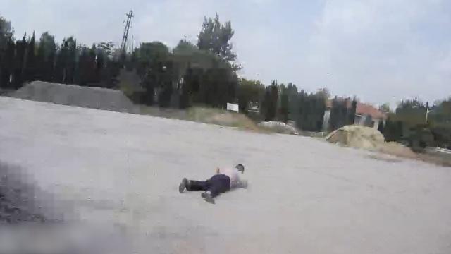 他酒驾被查开溜,体力不支摔嘴啃泥