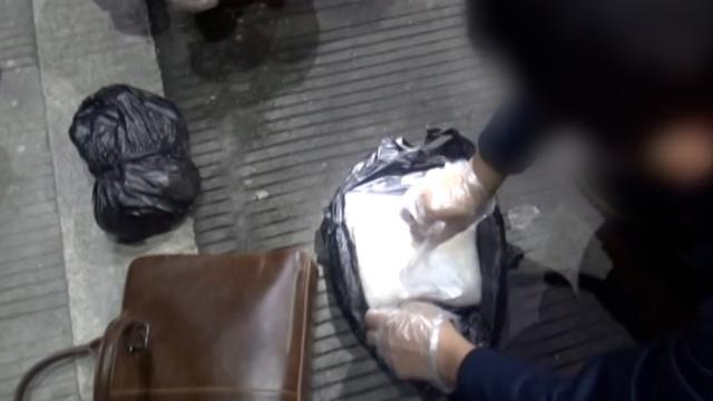实拍警方抓捕毒贩,缴获毒品2公斤