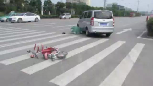 监拍:女孩被卷车底,路人合力救人