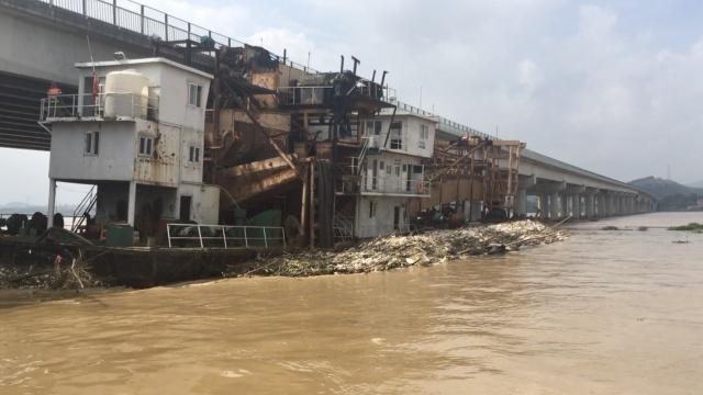 梧州一600吨挖沙船撞桥,卡桥墩下