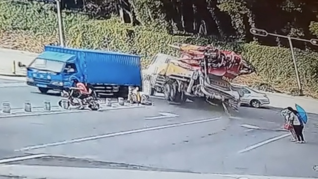 货车下坡刹车失灵,司机漂移躲3人