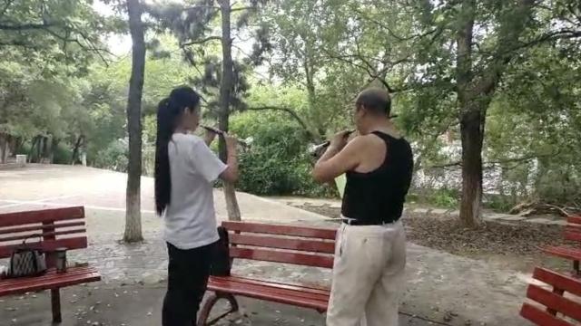 7旬大爷公园教小姑娘唢呐,助她艺考