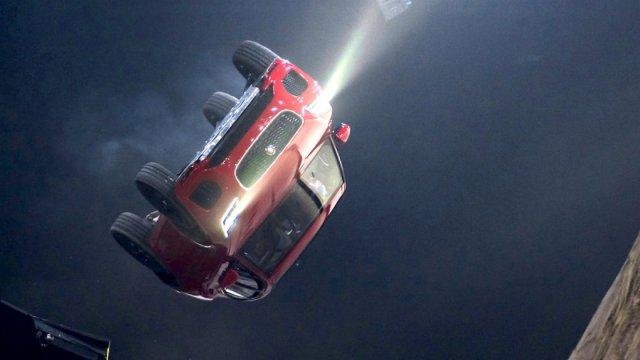 震惊!捷豹新车的出场方式:滚筒翻