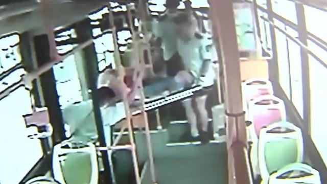 老人在青岛公交上晕倒,众人伸援手