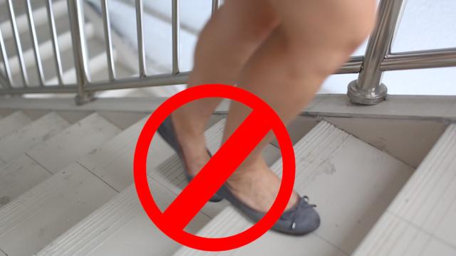 孕妈们爬梯防摔倒的走路姿势