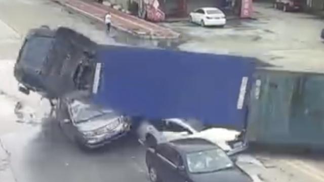 天降横祸!小车等绿灯时遭货车碾压