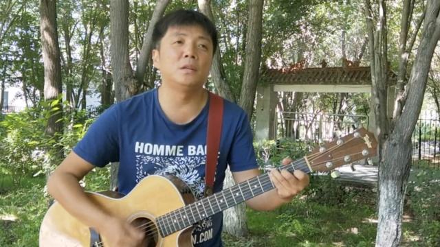 他痴迷音乐20年,每天在公园开个唱