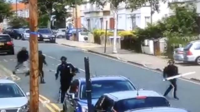 多人持大刀伦敦街头打斗,一人送医