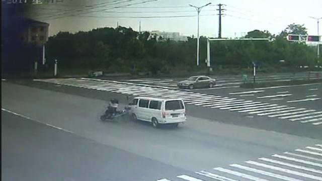 监拍:他骑车超速闯灯被撞飞10米远