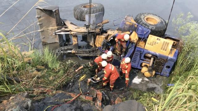 铲车滑入鱼塘,维修工困驾驶室溺亡