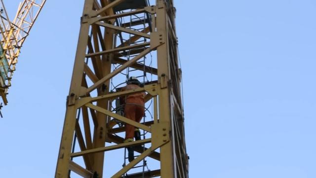 工人塔吊上中暑,坐吊斗高空垂降