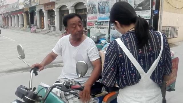 打工爷爷 7旬独腿老人坚持卖报30年
