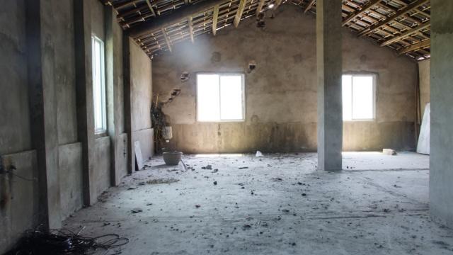 墙体被劈开,屋顶现大洞,雷公发怒?